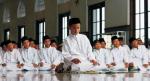 Hukum Menggerakkan Telunjuk Saat Tsyahud dan Menepuk Pahu Imam