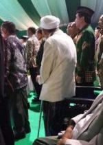 KH Maimoen Zubair Tetap Berdiri Nyanyikan Indonesia Raya