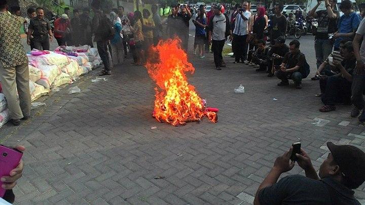 pembakaran sandal